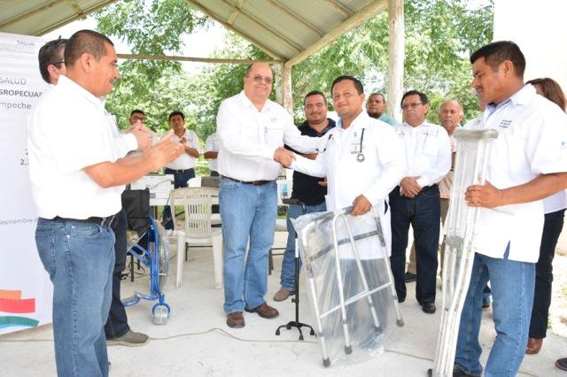 Entrega de sillas de ruedas en Calakmul